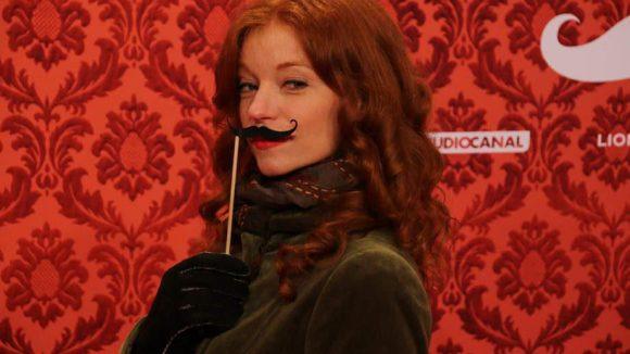 """Gefragtes Gimmick bei der Weltpremiere war der Schnurrbart zum Vorhalten, hier genutzt von Schauspielerin Marleen Lohse (""""Kein Sex ist auch keine Lösung"""")."""