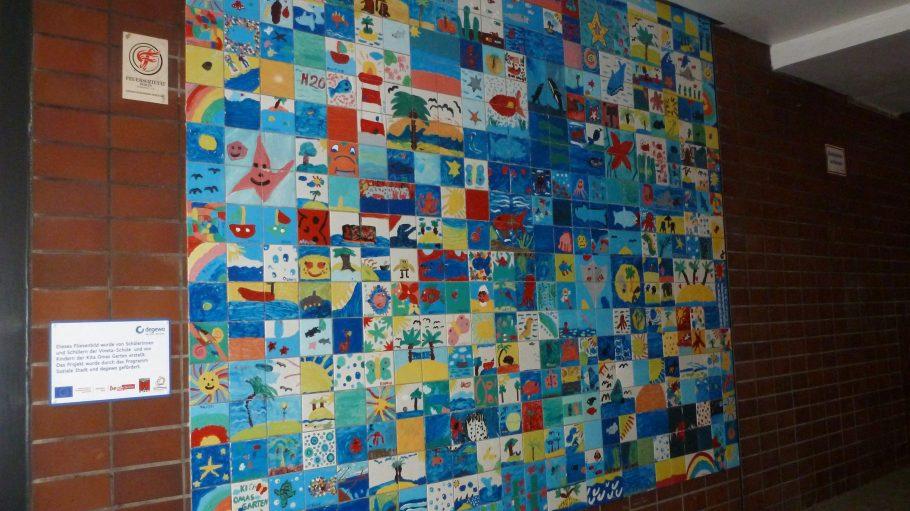 Ein bunter Mix aus Mosaiken ziert seit Neuestem eine Hausfassade in der Weddinger Brunnenstraße 64.
