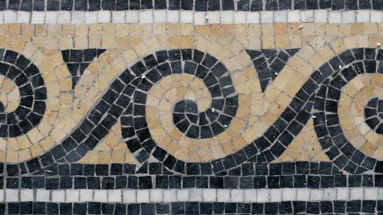 Mosaike: Wie die Meisterwerke aus kleinsten Kacheln, Steinen oder Perlen entstehen, lehrt Marina Preusse in Lichtenrade.