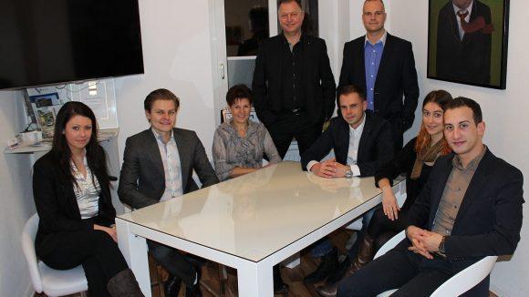 Das Team im Besprechungszimmer des Firmenbüros in Spindlersfeld.