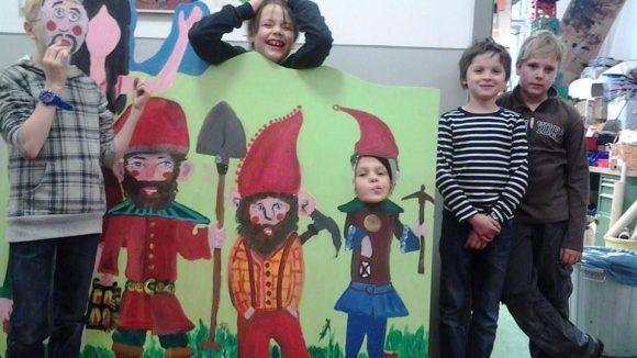 Ungeduldige Zwerge können es kaum erwarten, daß die Märchenfiguren im Bürgerpark aufgestellt werden.