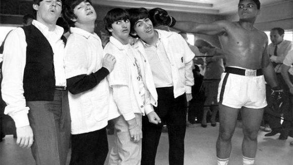 Die Begegnung zwischen den Beatles und Muhammad Ali hielt Herry Benson, der auch als der fünfte Beatle bezeichnet wird, fest.