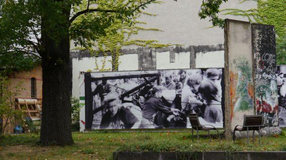 Im Garten des Museums Pankow steht ein Stück Berliner Mauer. Stühle und Bänke laden ein zu Verweilen.