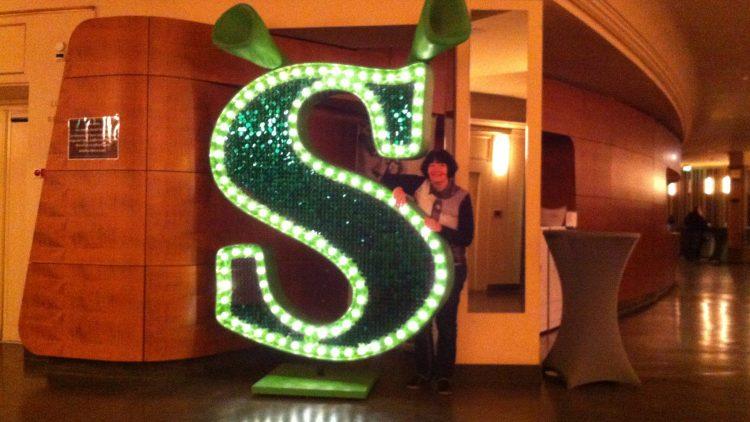 QIEZ-Leserreporterin Doris Sommerer zeigt sich Oger-begeistert im Admiralspalast beim Shrek-Musical.