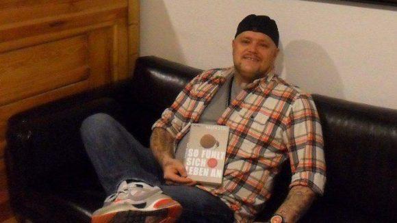 """Rocker Hagen Stoll mit seinem Buch """"So fühlt sich Leben an""""."""