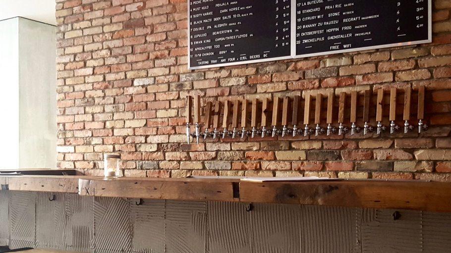Im Muted Horn kannst du aus 22 Sorten frisch gezapftem und über 30 Flaschen Craft Beer wählen. Prost!