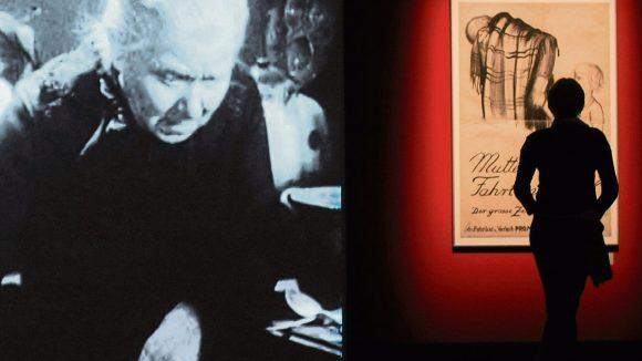 """""""Mutter Krausens Fahrt ins Glück"""" spielte auch in der Berliner Zille-Ausstellung 2008 eine Rolle: Der Maler hatte mitgewirkt und auch das Plakat geschaffen."""