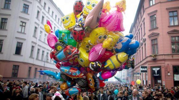 Myfest, Menschen, Luftballons - gibt es auch in diesem Jahr wieder in Kreuzberg.