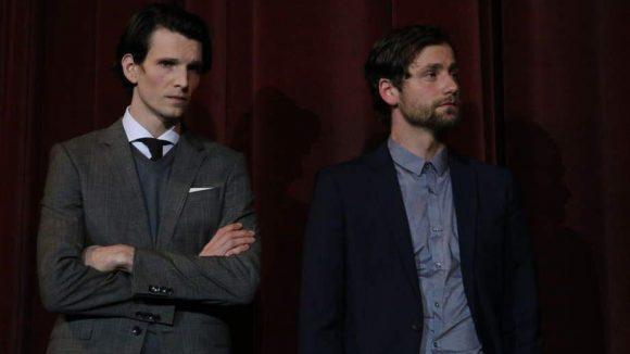 Ebenfalls zum Cast gehören Sabin Tambrea (l.) und Florian Stetter.