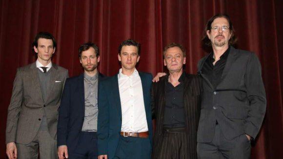 """Gruppenbild mit Drehbuchautor (v.l.) : Tambrea, Stetter, Schneider und Groth posieren mit Drebuchautor Stefan Kolditz, der auch für """"Tatort"""" und """"Unsere Mütter, unsere Väter"""" geschrieben hat."""