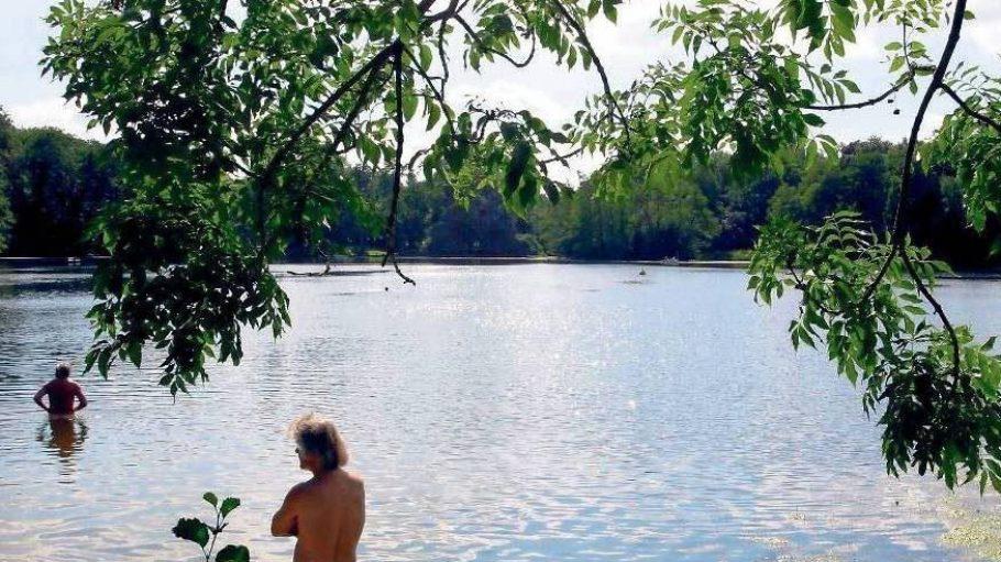 Der nackte Wahnsinn. Wo Baden nicht erlaubt ist, ist es verboten. Nur nimmt es niemand genau, so dass letztlich jeder auf eigene Gefahr badet.