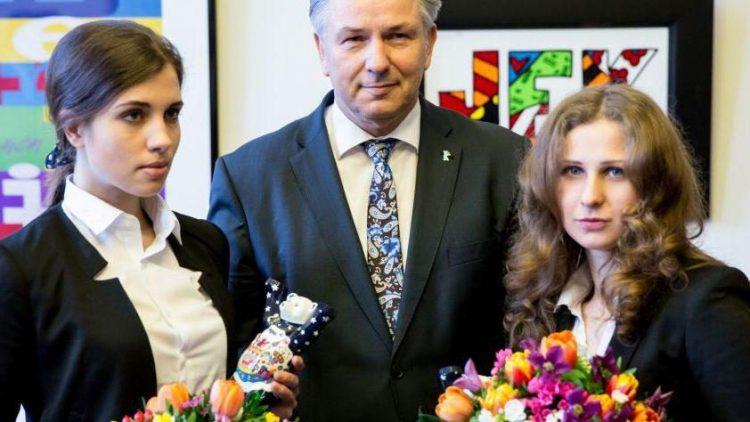 Foto-Posing im Roten Rathaus: Nadeschda Tolokonnikowa (l.) und Maria Aljochina sowie der Regierende Bürgermeister Berlins, Klaus Wowereit (SPD).
