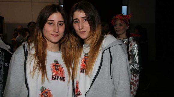 Die Zwillingsschwestern Nadia und Zehra nach ihrer Show.