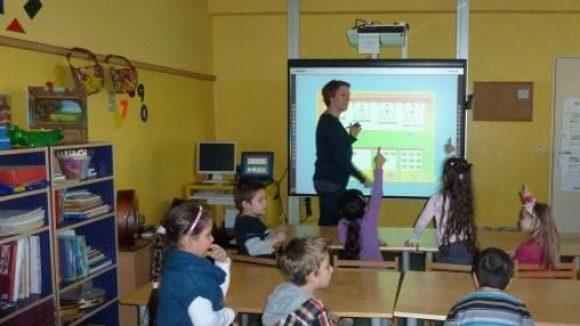 Die Kids des Projekts Naschgarten in der Kita am Comenius-Garten sind mit Begeisterung dabei: Wer darf wohl als nächstes seine mathematischen Fähigkeiten spielerisch am Smartboard testen?