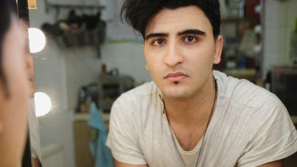 """""""Wie oft kann ein Mensch die Mutter verlieren?"""", fragt sich Nasser El-Ahmad, der nach seinem Coming-Out vor seinen Eltern fliehen musste."""