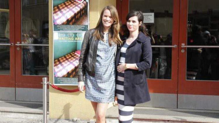 """Nora Tschirner (rechts, mit Babybauch) präsentierte am Sonntag gemeinsam mit Co-Regisseurin Natalie Beer ihr Regie-Debüt """"Waiting Area"""". Darin portraitiert Tschirner vier junge Mütter aus Äthiopien, die an der schmerzhaften Erkrankung der Geburtsfisteln leiden."""