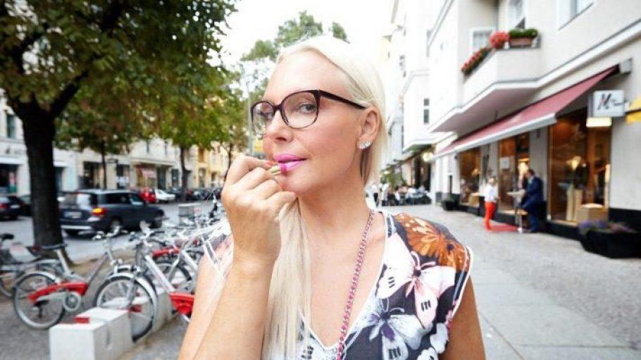 """Ihr Markenzeichen ist der pinke Lippenstift, den sie selbst bald auf den Markt bringt. """"Vorher habe ich immer verschiedene Farben gemischt."""""""