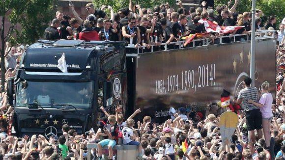 Die deutsche Nationalmannschaft wird auf ihrer Fahrt zur Fanmeile am Brandenburger Tor von denFans empfangen.