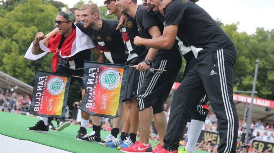 Olé, olé! Die deutschenNationalspieler LukasPodolski (v.l.n.r.), Per Mertesacker, Mesut Özil, Ron-Robert Zieler, Jerome Boateng und Sami Khedira lassen sich feiern.
