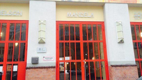 Der Eingang zur Nelson-Mandela-Schule in der Pfalzburger Straße.