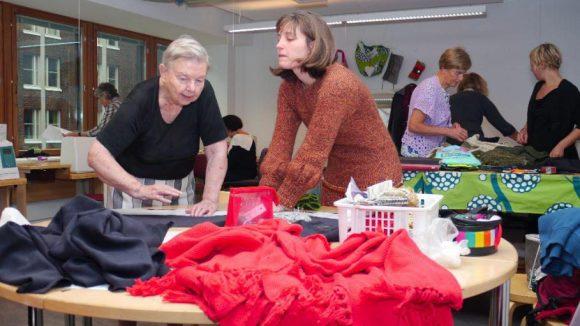 Modebewusste Finninen bei der Arbeit mit Neuköllner Modedesignerinnen.