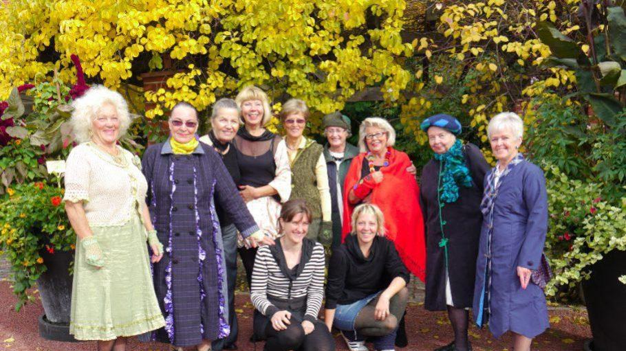Die Designerinnen C. David und Linn Annen mit den Senioren aus Helsinki und den fertigen Kreationen.