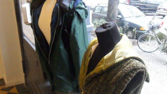 Alle Stücke sind aus recycleter Ware entstanden. Die wetterfeste Jacke im Hintergrund wurde aus dem Stoff eines Zeltes genäht, das Innenfutter der wolligen Weste war früher ein Kissenbezug.