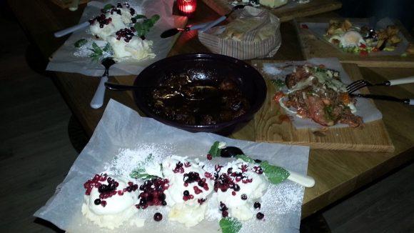Vorne im Bild: Hayas Pavlova, Baiser mit Mascarpone, Sahne, Beeren und Minze. Eine kleine Portion davon kostet 6 Euro. Yummie!