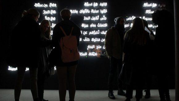 """Die Lichtinstallation von Sygns zeigt ein Gedicht von Ramy Al-Asheq. Die 100 Wörter standen im Zentrum der Benefizveranstaltung """"Turn The Lights Back On"""" und konnten einzeln gekauft werden."""