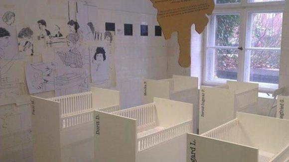 In den nachgestellten Kinderbettchen können Besucher des Geschichtslabors die Schicksale der kleinen Patienten nachlesen.