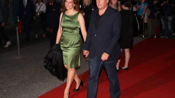 Kommen wir zu den deutschen Gästen des Abends. Schauspielerin Martina Gedeck brachte ihren Mann, den Turnschuh tragenden Regisseur Markus Imboden.