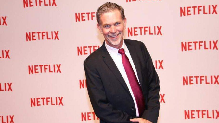 """Der Gastgeber des Abends, Reed Hastings, sieht erstmal gar nicht so spektakulär aus. Der Mann ist aber ein ganz schönes Schwergewicht, schließlich ist er Mitbegründer und CEO von Netflix. Zu den Eigenproduktionen des Unternehmens gehören auch Serien wie """"Hemlock Grove"""" oder """"Orange is the New Black""""."""