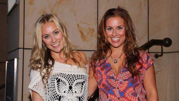 .. die schauspielernden Schwestern Sina und Sarah Tkotsch (v.l.) ...