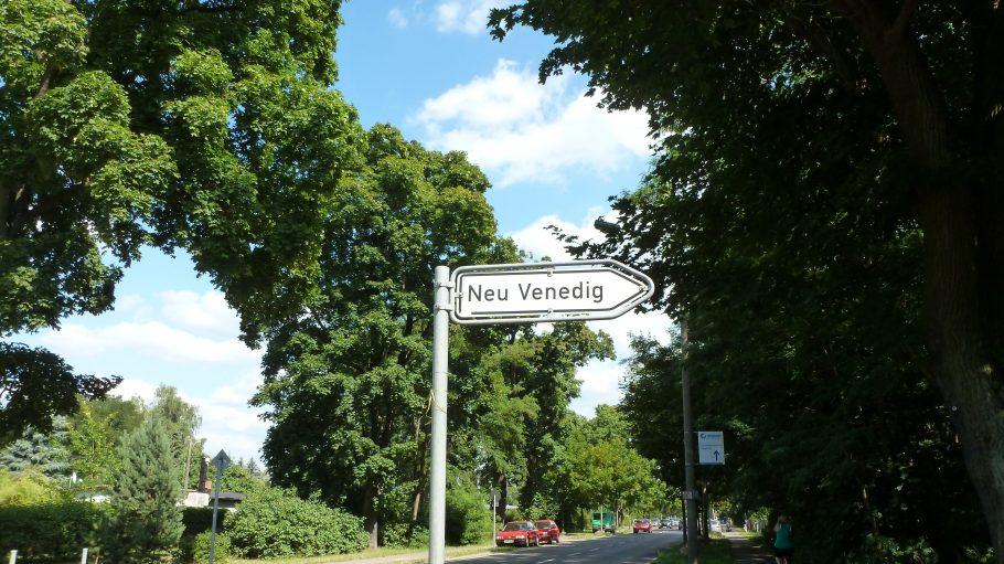 Der Eingang zum Kiez und somit zur Kleingartensiedlung Neu-Venedig ist nicht zu übersehen. Hier beginnt meine Kieztour.