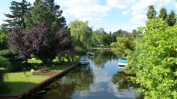 Jeder Garten am Kanal ist eine kleine Oase. Dieser Besitzer hat sich gleich noch eine bequeme Bank zum Enspannen ans Wasser gestellt. So kann man das Feierabendbier sicherlich super genießen.