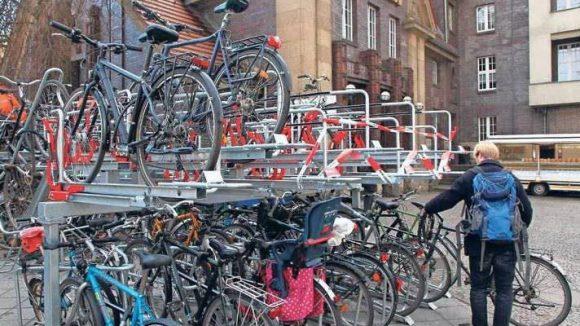 Kraftakt. Der doppelstöckige Fahrradständer am S-Bahnhof Pankow erfordert Muskeleinsatz.