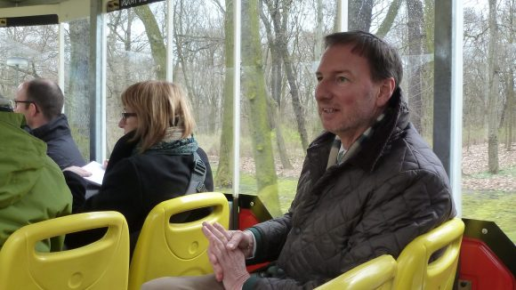Bei der Jungfernfahrt: Zoo- und Tierparkdirektor Knieriem.