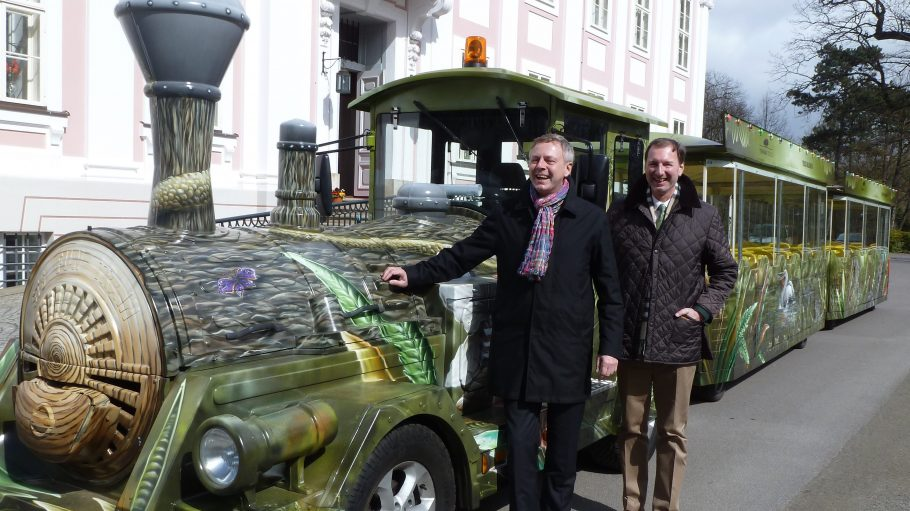 Die Freude ist riesig! Stolz präsentieren der Aufsichtsratsvorsitzende Frank Bruckmann und Direktor Dr. Andreas Knieriem (rechts) ihre neue Bahn.