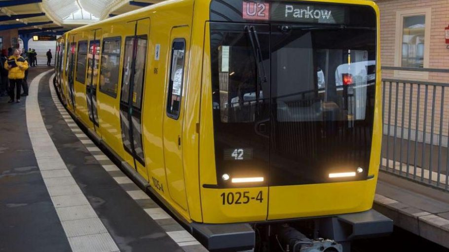 Mit einer Beule zu beiden Seiten und qietschgelb wie gehabt: Die neuen U-Bahnen der BVG.