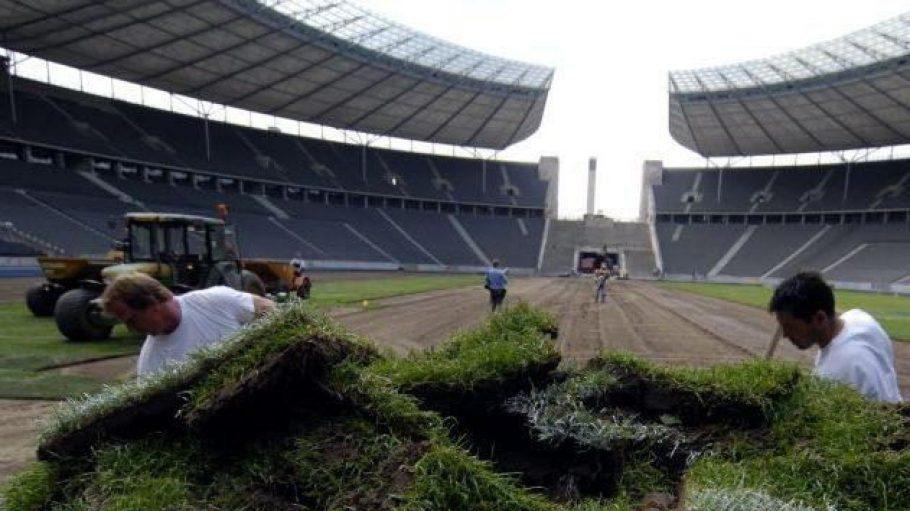 Alter Rasen, neuer Rasen: Hier wird das Grün des Olympiastadions bei einem früheren Austausch abgetragen.