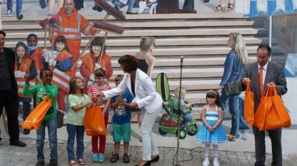 Kinder der Christoph-Földerich-Grundschule erhalten eine kleine Belohnung.