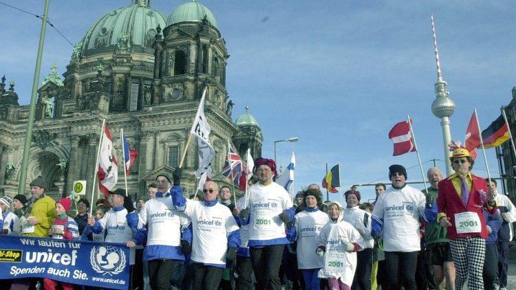 Beim Neujahrslauf in Berlin kann jeder mitmachen - ob Alt oder Jung, es geht vor allem um den guten Zweck und den Spaß dabei!