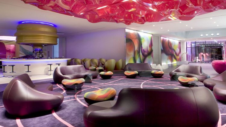 Wer im Hotel nhow übernachtet, wird schon in der Lobby mit modernstem Design konfrontiert.