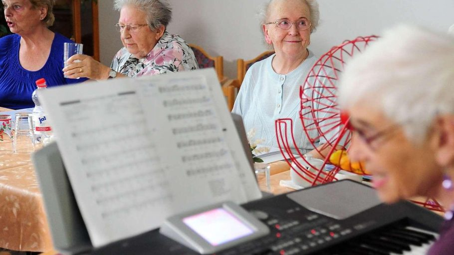 Nicht allein. Ingeborg Koske (3.v.l.) lebt im Seniorenwohnhaus am Hansa-Ufer 5.