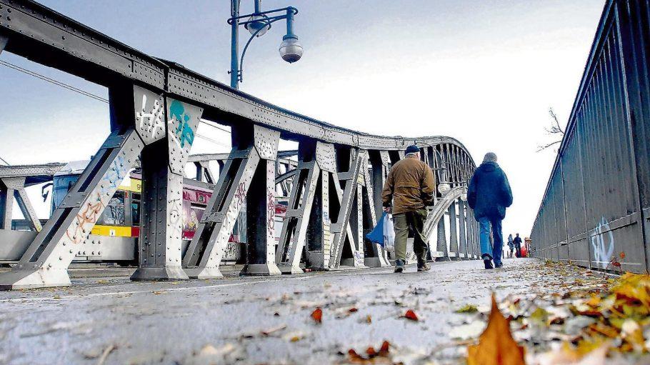 Nichts geht mehr. Straßenbahnen fahren nicht mehr über die Bösebrücke.