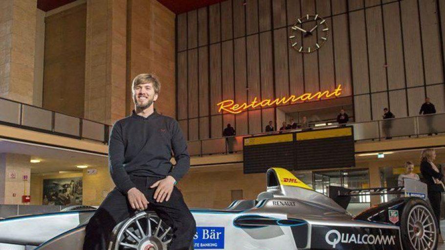 Rennfahrer Nick Heidfeld vor einem Elektro-Rennauto im Flughafen Tempelhof.