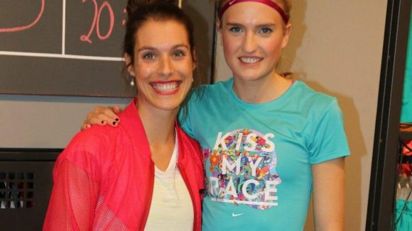 Läuferin Caterina Granz (r.) vom LG Nord Berlin mit Sarah Gutlatschek von Nike.