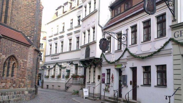 Charmant, wenn auch nicht ganz echt: diese Bürgerhäuser gegenüber der Nikolaikirche gehören dennoch zu den authentischsten Gebäuden des Viertels.