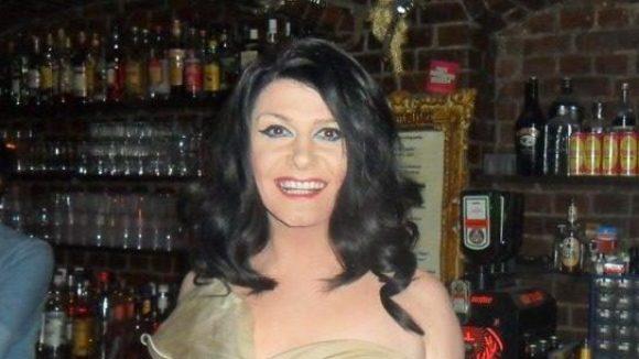 """Nina Queer in ihrer Bar """"Zum schmutzigen Hobby""""."""