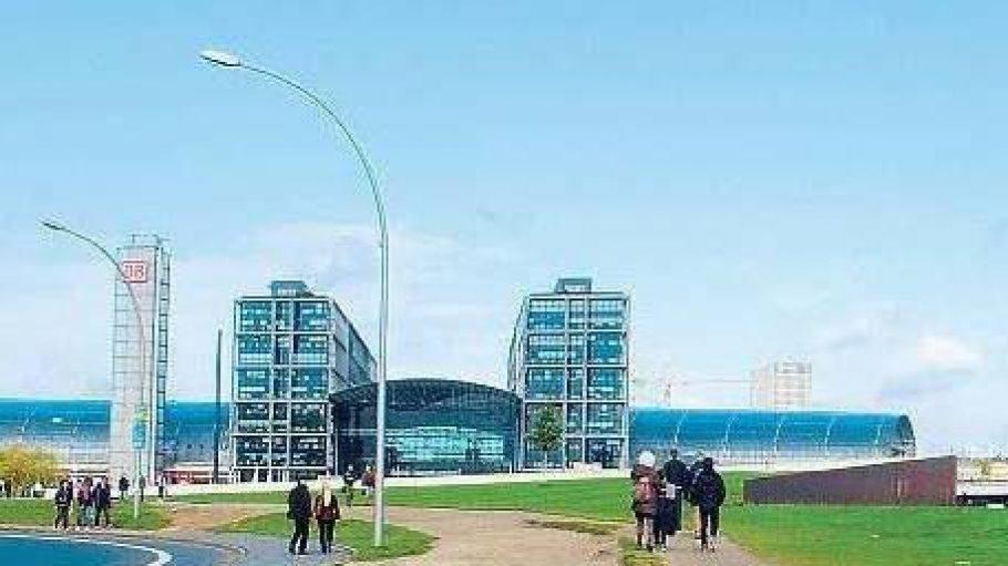 Noch sind um den Hauptbahnhof jede Menge freie Flächen zu sehen, doch wird das nicht lange so bleiben. Hier, auf der nördlichen Bahnhofsseite, entsteht ein riesiges neues Stadtviertel.